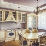 Бежевая мебель в фиолетовой кухне