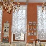 Сочетание белых штор и оранжевых стен