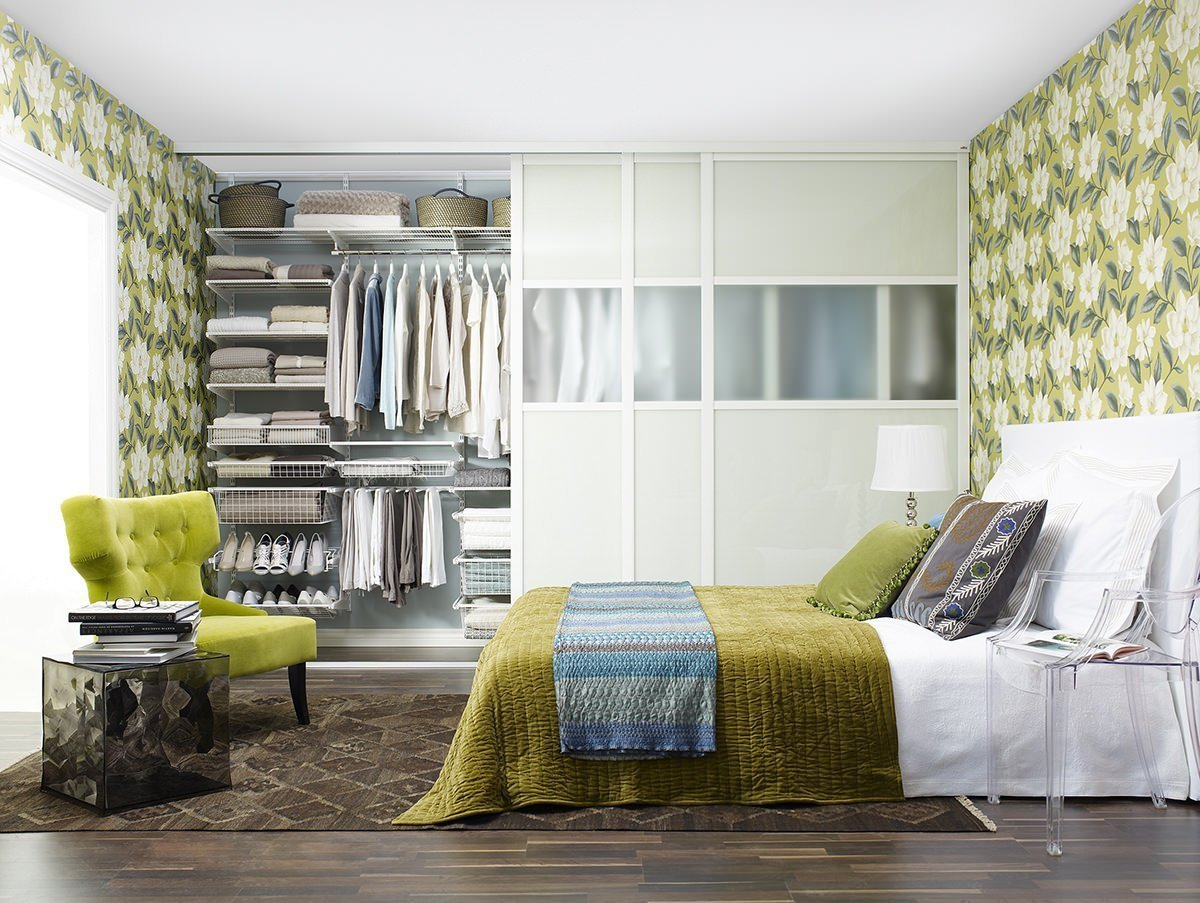 Стильный шкаф-купе в современной спальне