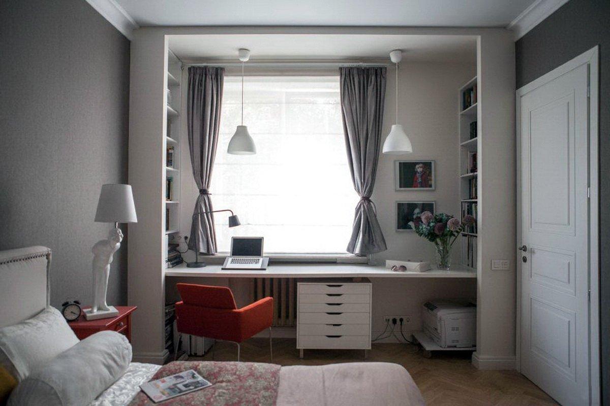 Серый интерьер с белой дверью