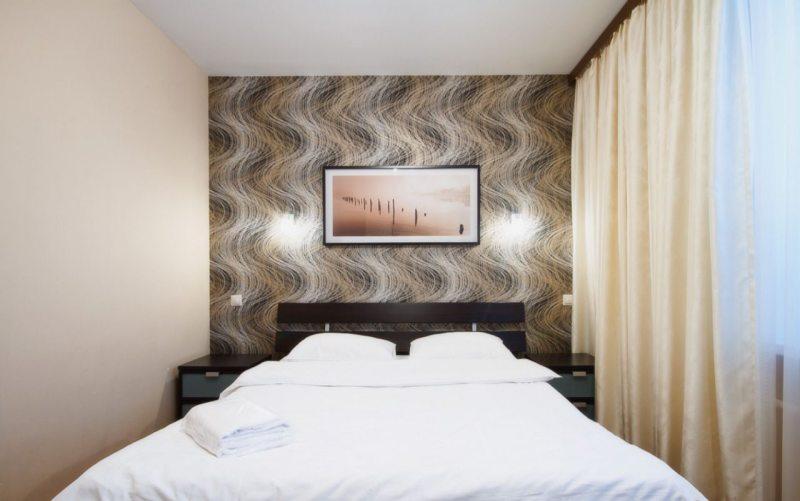 Светлый потолок в спальне в хрущевке