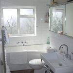 Окно в небольшой ванной