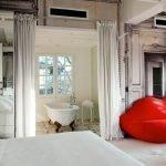 Красный диван в спальне
