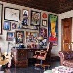 Рабочий стол у стены с картинами