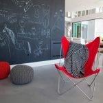 Красное кресло в интерьере