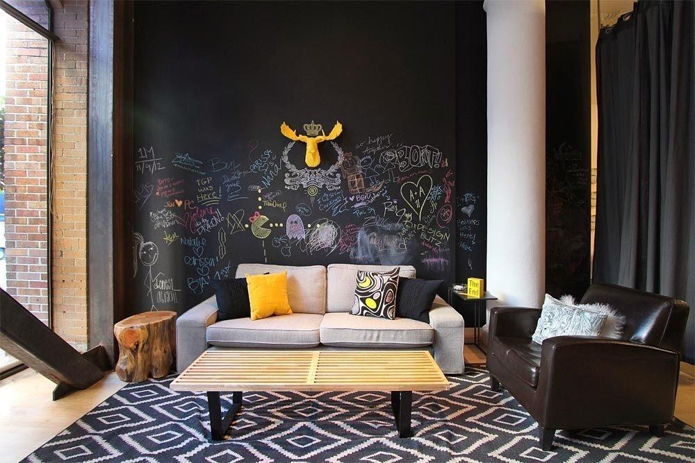 Желтый олень на черной стене