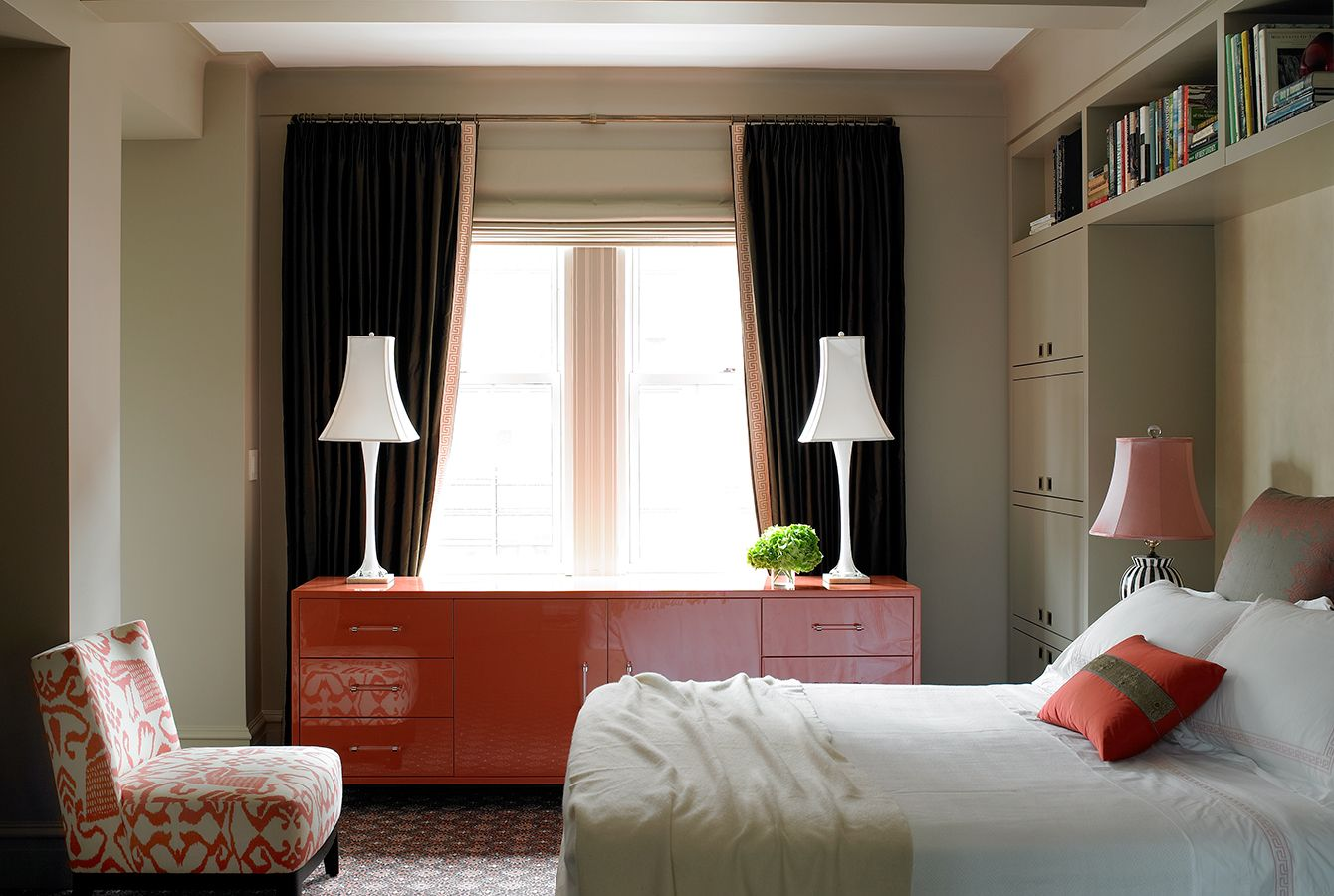 Спальня с темными шторами