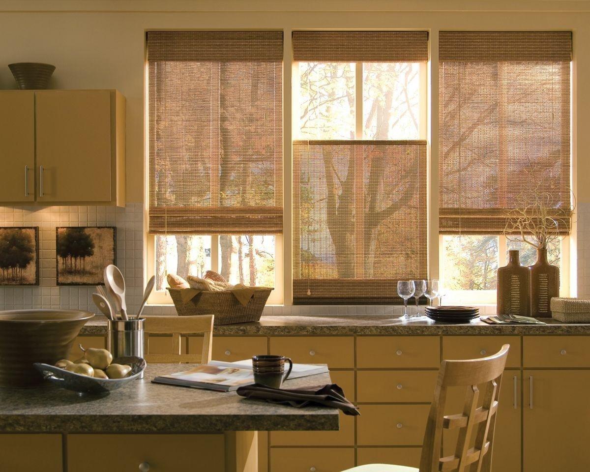 Коричневые римские шторы для кухни