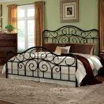 Витое изголовье двуспальной кровати