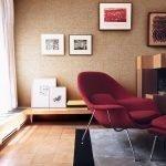 Бардовое кресло в комнате