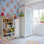 Шкаф и комод вдоль стены в детской