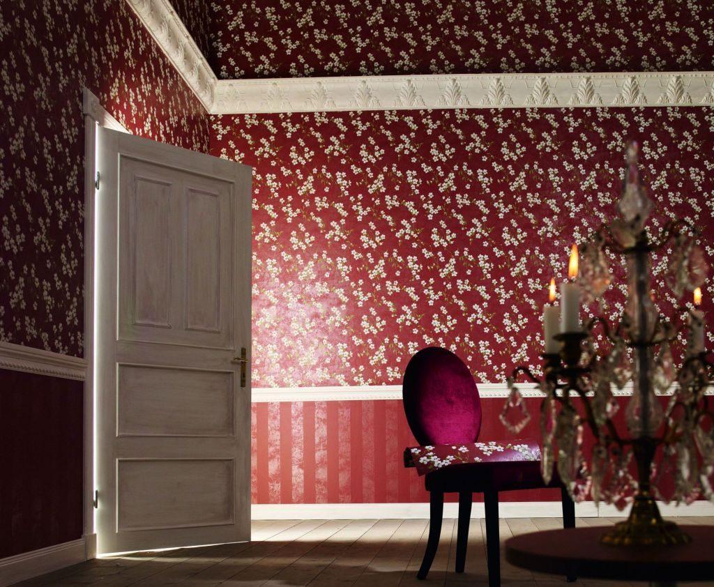 Интерьер с бордовыми обоями в белый цветочек