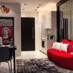 Белые подушки на красном диване