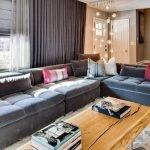 Столик из доски в гостиной