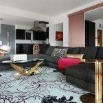 Комната с зонами гостиной, столовой и кухни