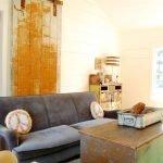 Интерьер в стиле шебби-шик с серым диваном