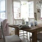 Белые стулья у деревянного стола