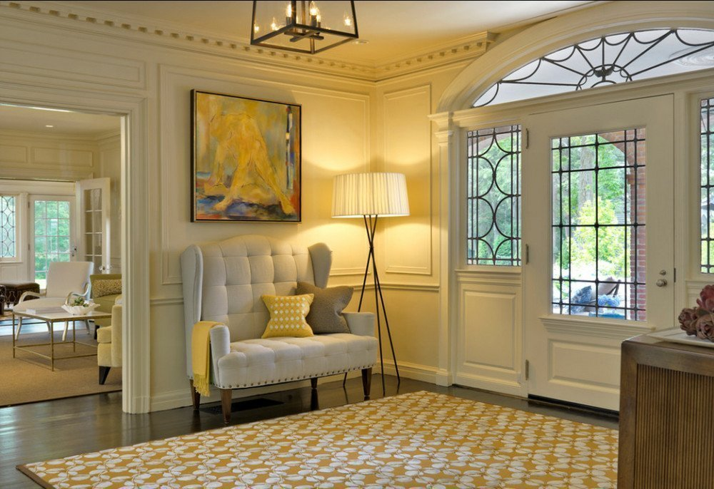 Серый диван в классическом интерьере