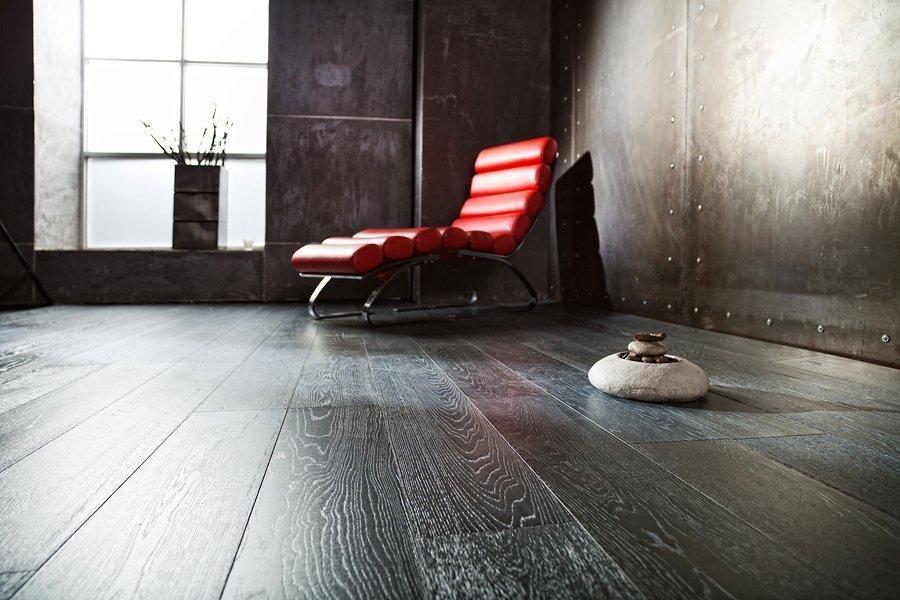 Красное кресло в углу комнаты