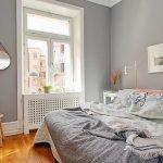 Серые стены в маленькой спальне