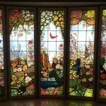 Цветочные мотивы на окне