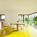 Желтый пол на кухне
