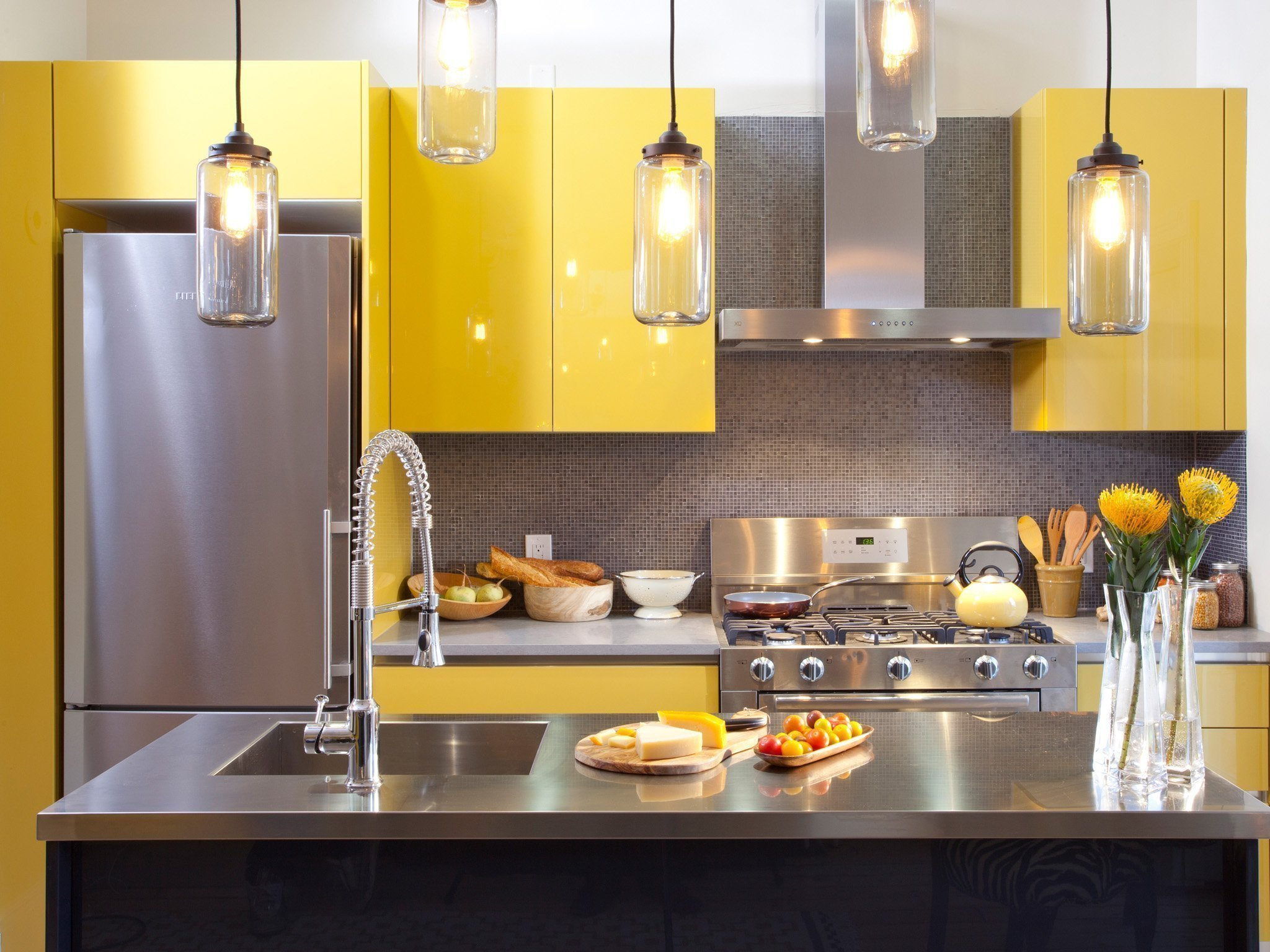 Кухня с желтой мебелью