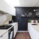 Белая мебель и черные стены в кухне