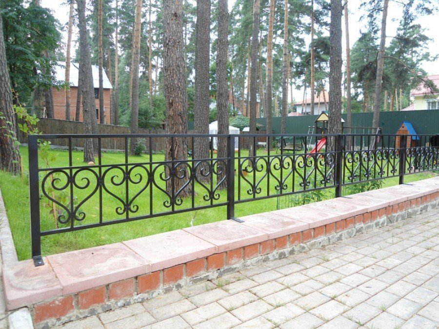 Забор из металла на участке