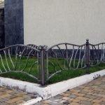 Железный заборчик у дома