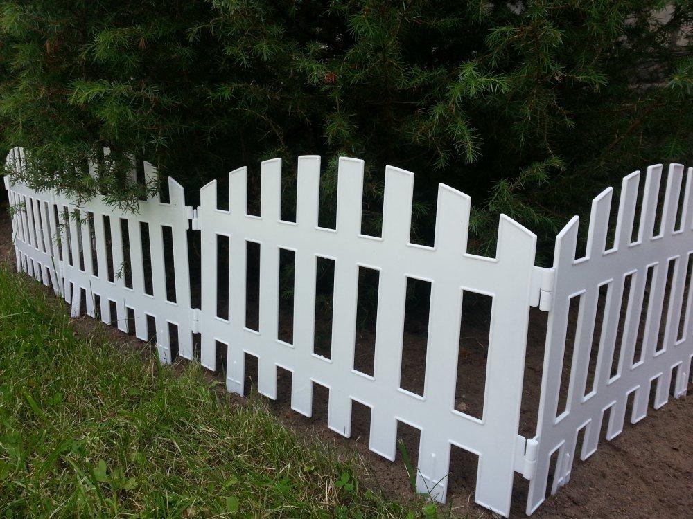 Покупной декоративный забор на участке