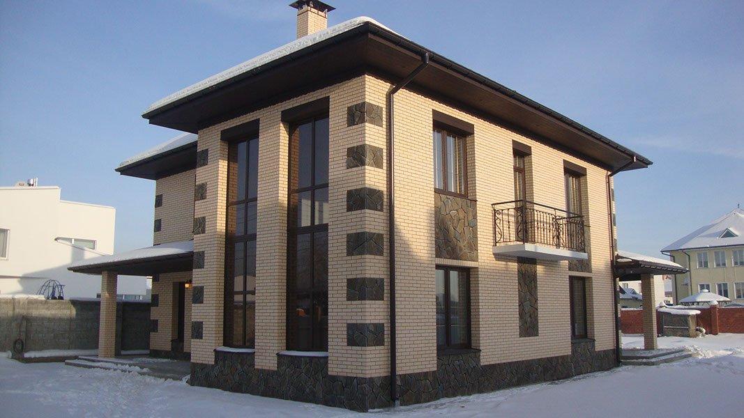 Дом с фасадом из облицовочного кирпича