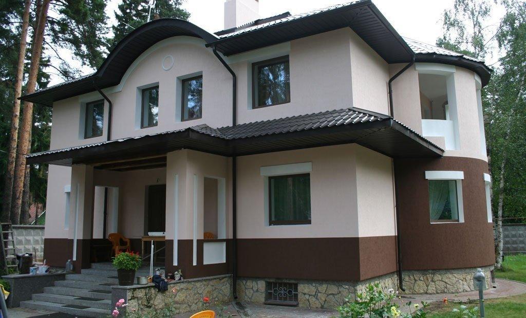 Дом с фасадом из декоративной штукатурки