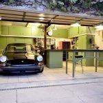 Стол с тисками в гараже