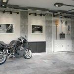 Мотоцикл в гараже