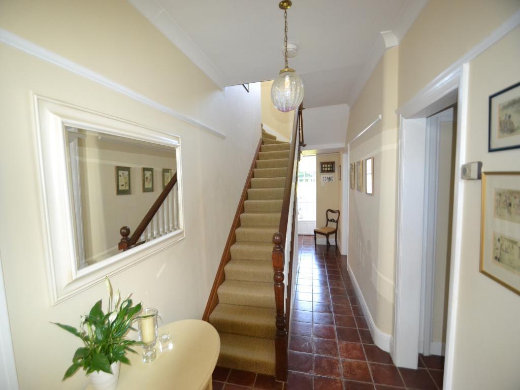 Длинный коридор с лестницей