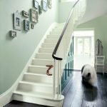 Дизайн стены над лестницей