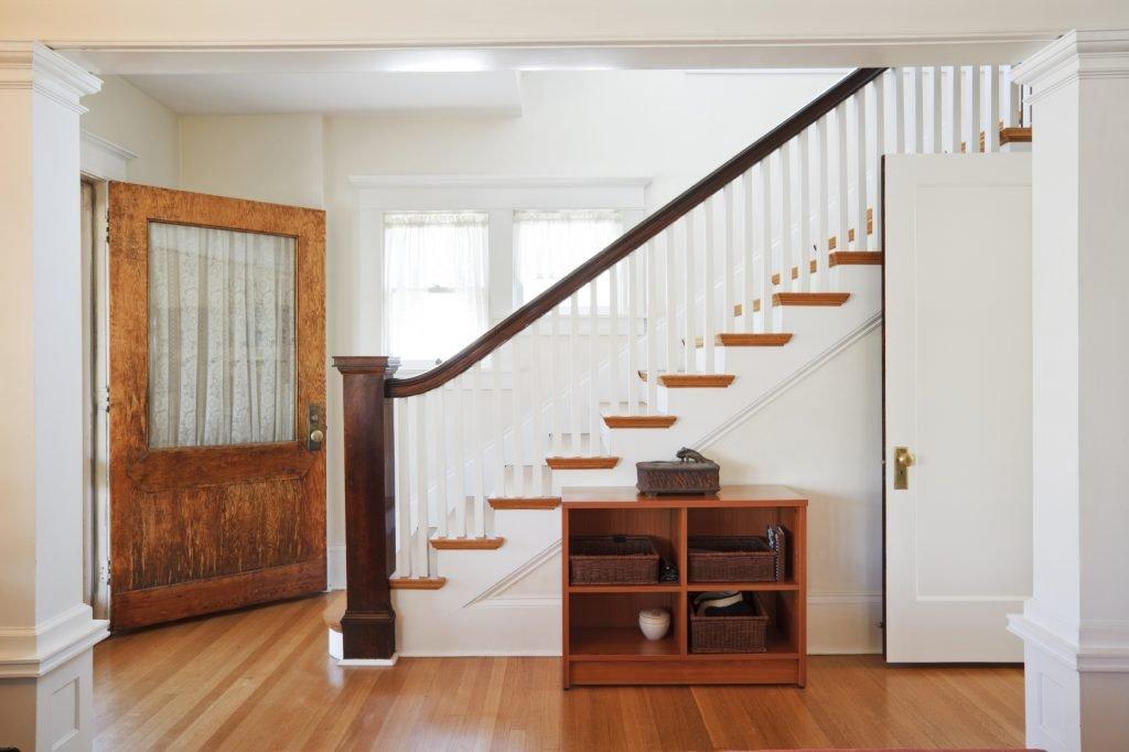 Прихожая с лестницей