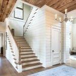 Деревянный потолок в холле