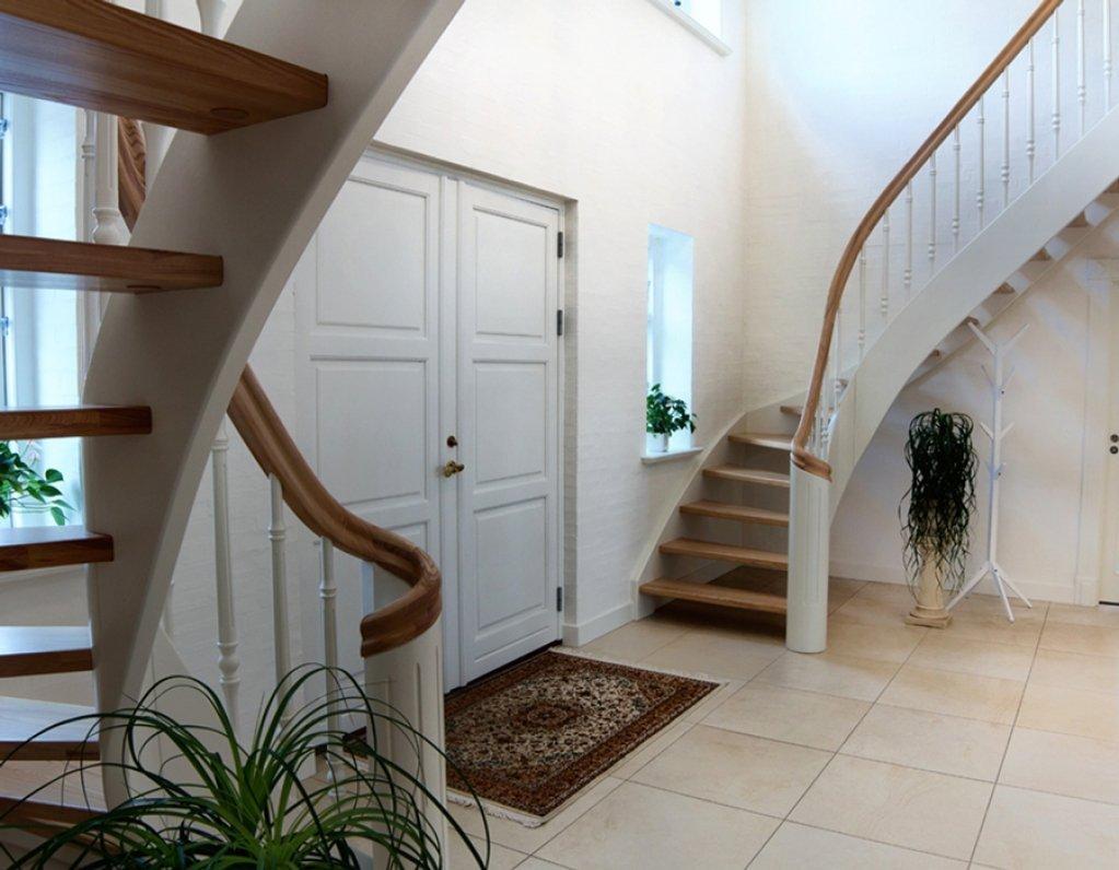 Винтовая лестница в холле