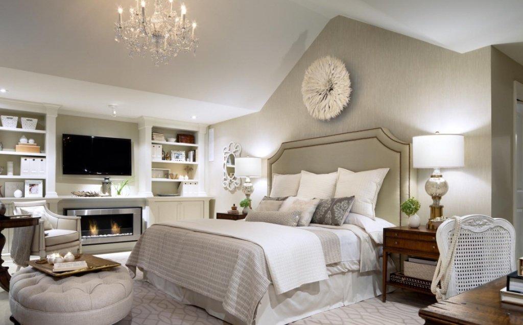 Просторная спальня для женщины 50 лет