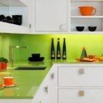 Сочетание белой мебели и салатового фартука