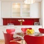 Красные стулья вокруг стеклянного столика
