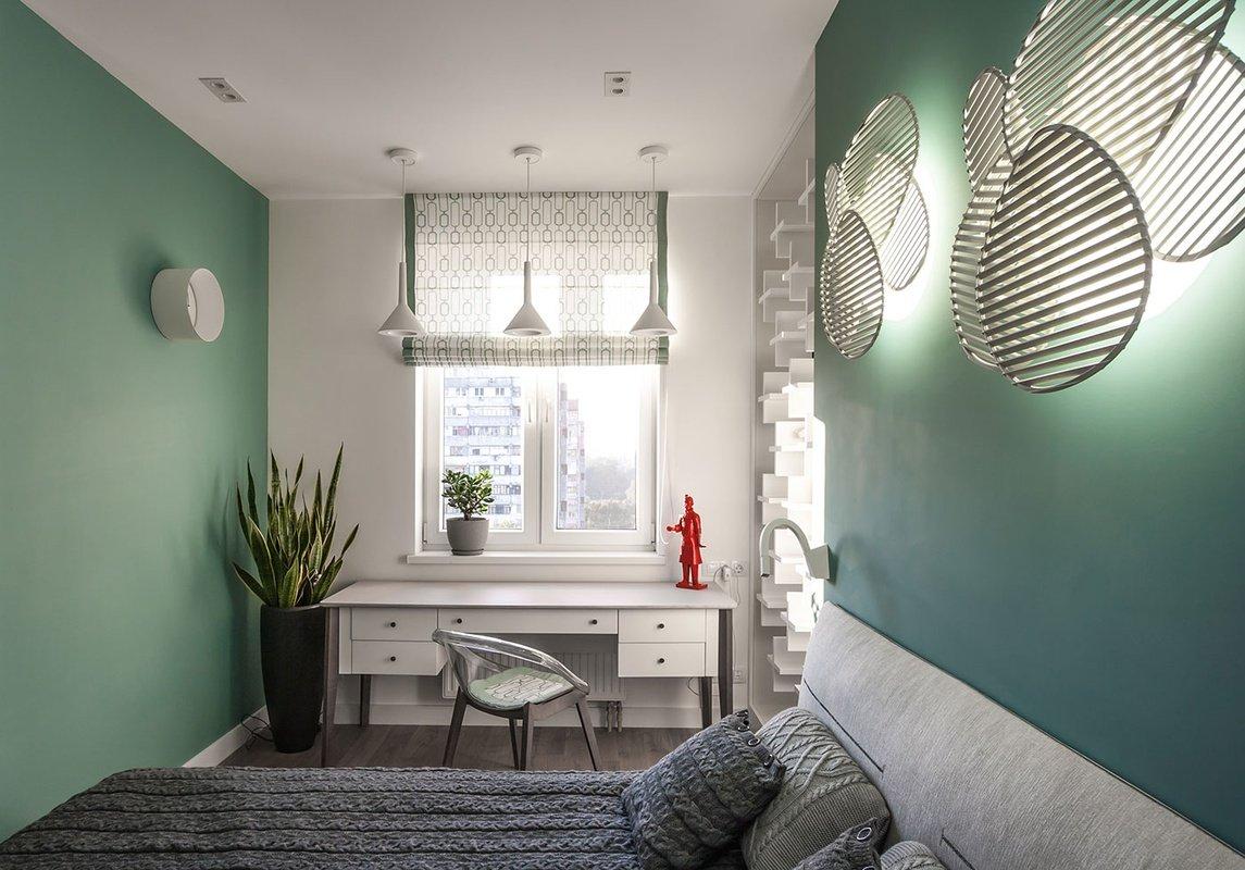 Стол у окна в спальне