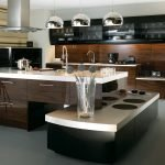 Стол-остров с плитой на кухне