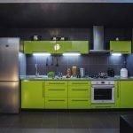 Темно-серая кухня с лимонной мебелью