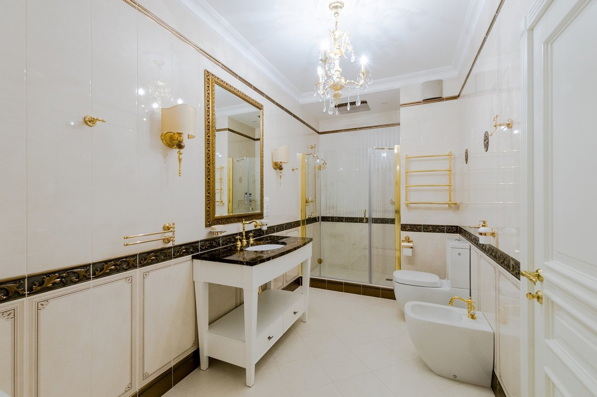 Отделка керамической плиткой ванной в классическом стиле