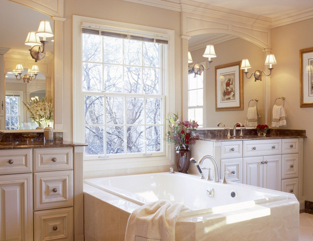 Интерьер в классическом стиле с ванной у окна