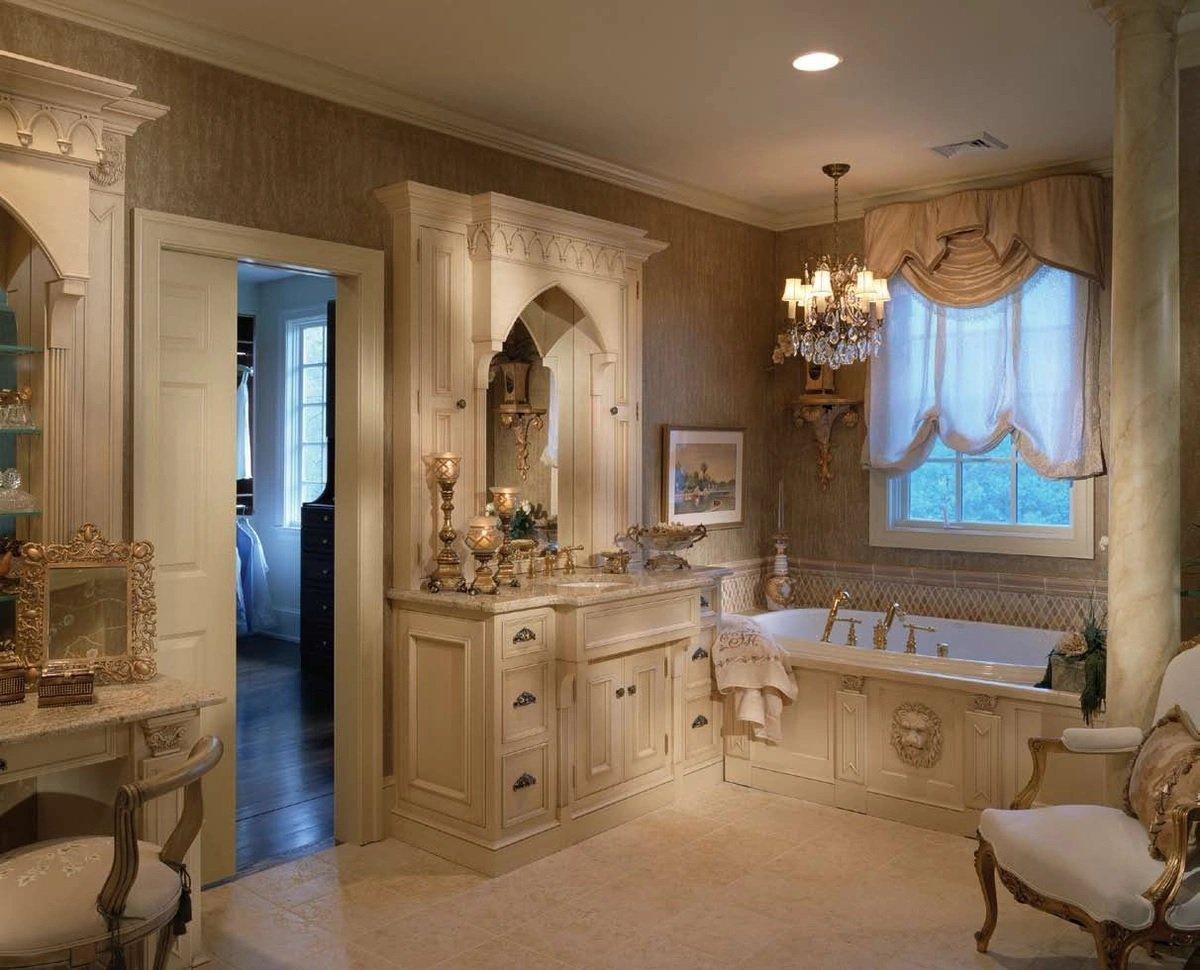Светлая мебель в ванной в классическом стиле