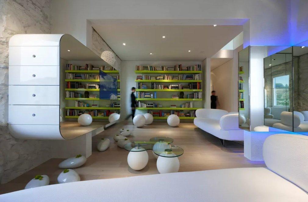 Светлая мебель в интерьере в стиле футуризм